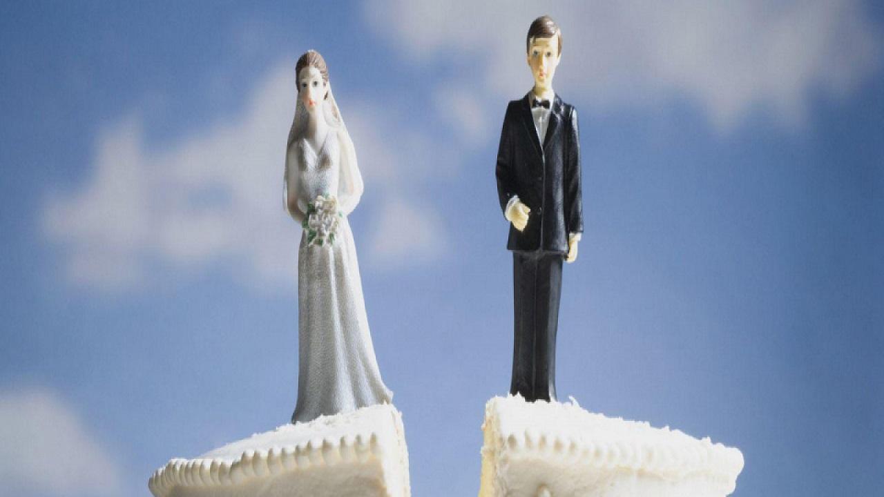 Sposo sparisce dopo il sì: era in bagno con l'amico a tradire la moglie