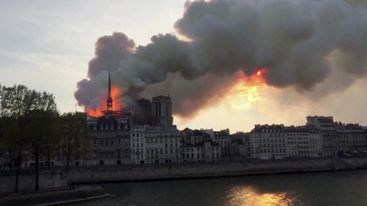 Notre Dame va a fuoco: crolla la guglia, le fiamme divorano parte del tetto
