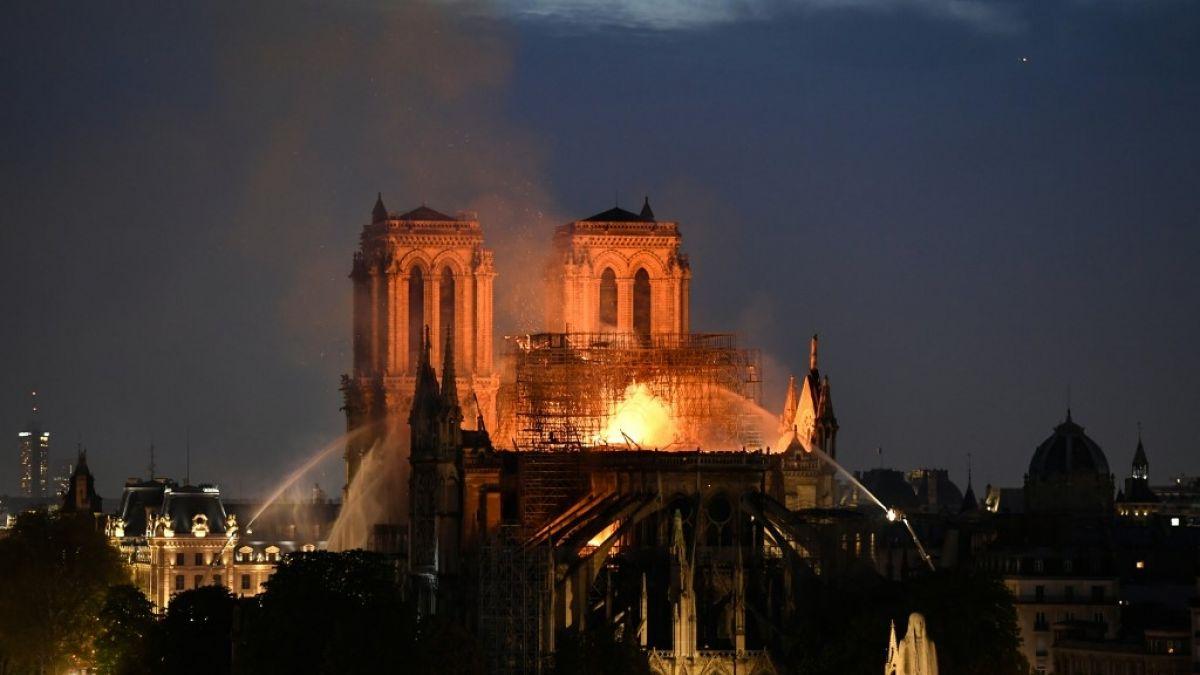 Los bomberos informan que el incendio de Notre Dame todavía no está controlado