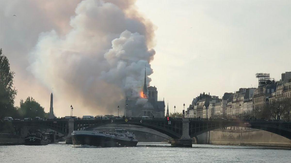 Parigi: L'incendio al Notre-Dame ricorda l'attentato alle torri gemelle nel 2001