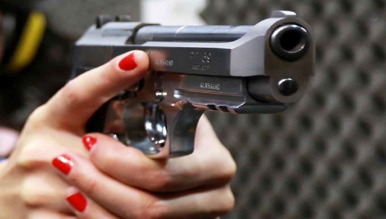 Em Novo Hamburgo (RS), uma mulher se filmou disparando para o alto após flagrar traição