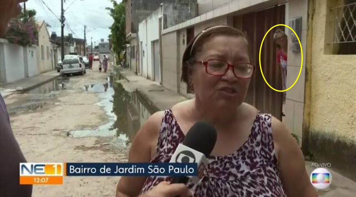 Durante entrevista na Globo, senhora fica presa em portão automático