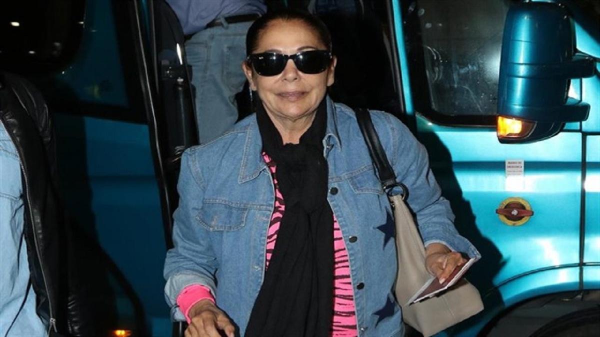 Isabel Pantoja, llega al aeropuerto y emprende su viaje a Honduras