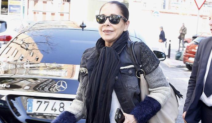Abatida y llorando, así se mostraba Isabel Pantoja al subir al avión rumbo a Honduras