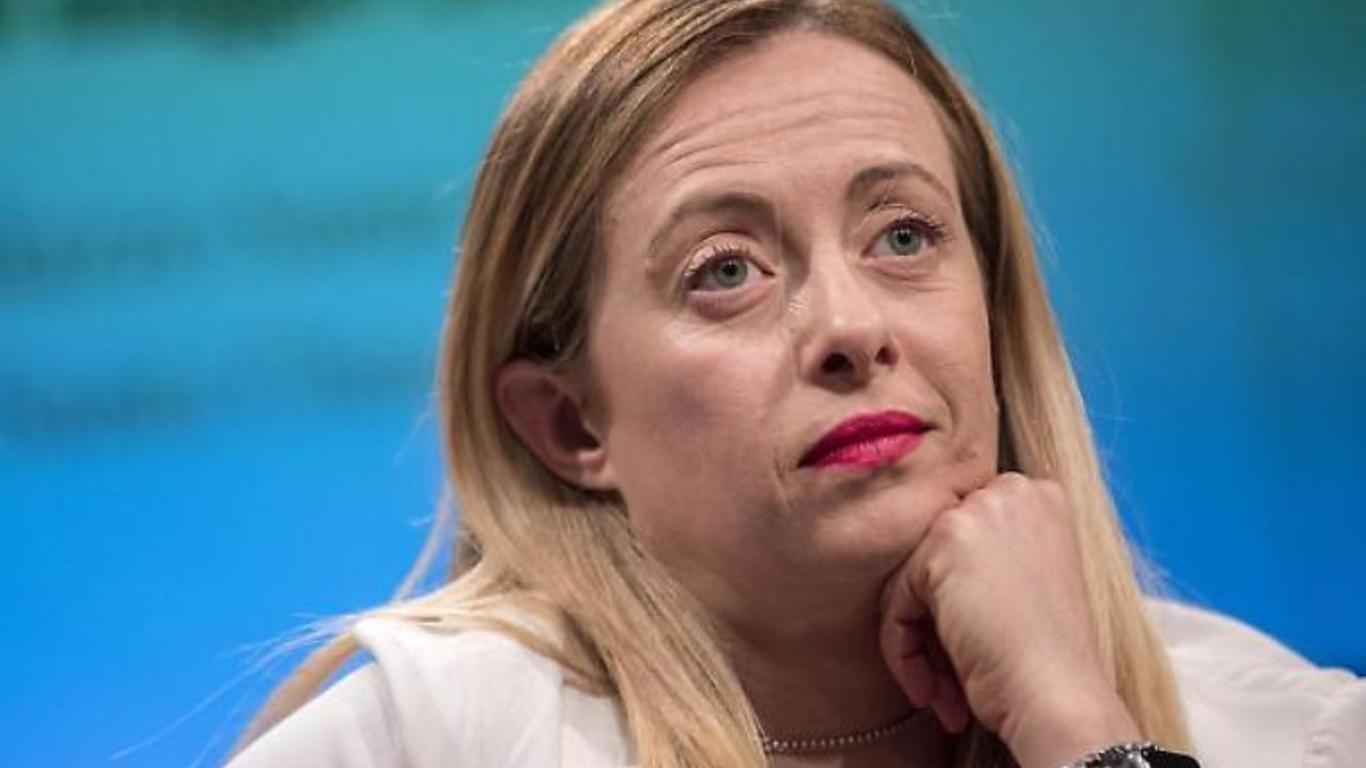 Militanti M5S contro Giorgia Meloni, che vuole il referendum per abrogare il RdC