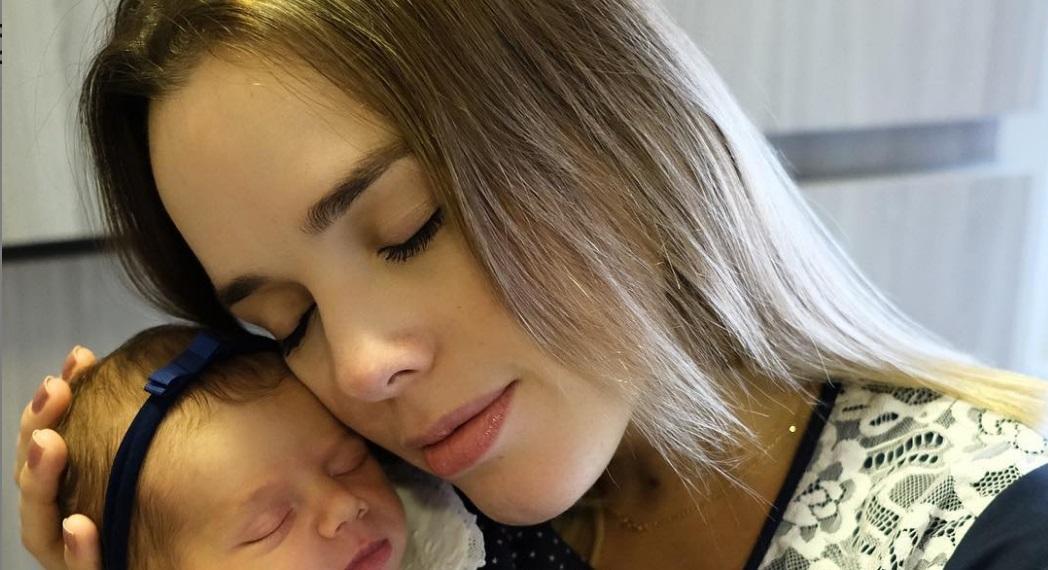 Thaeme Mariôtto posta foto do rostinho de Liz, sua filha, e se derrete: 'Linda'