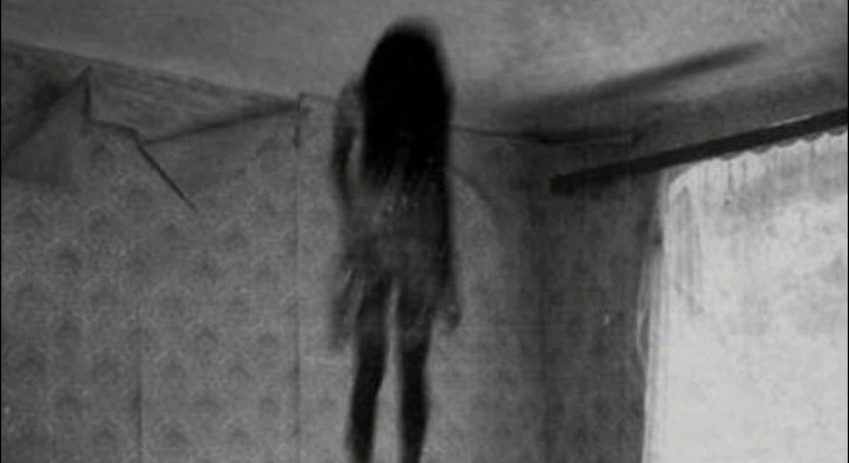 Un bebe es vigilado por una extraña sombra femenina durante la noche