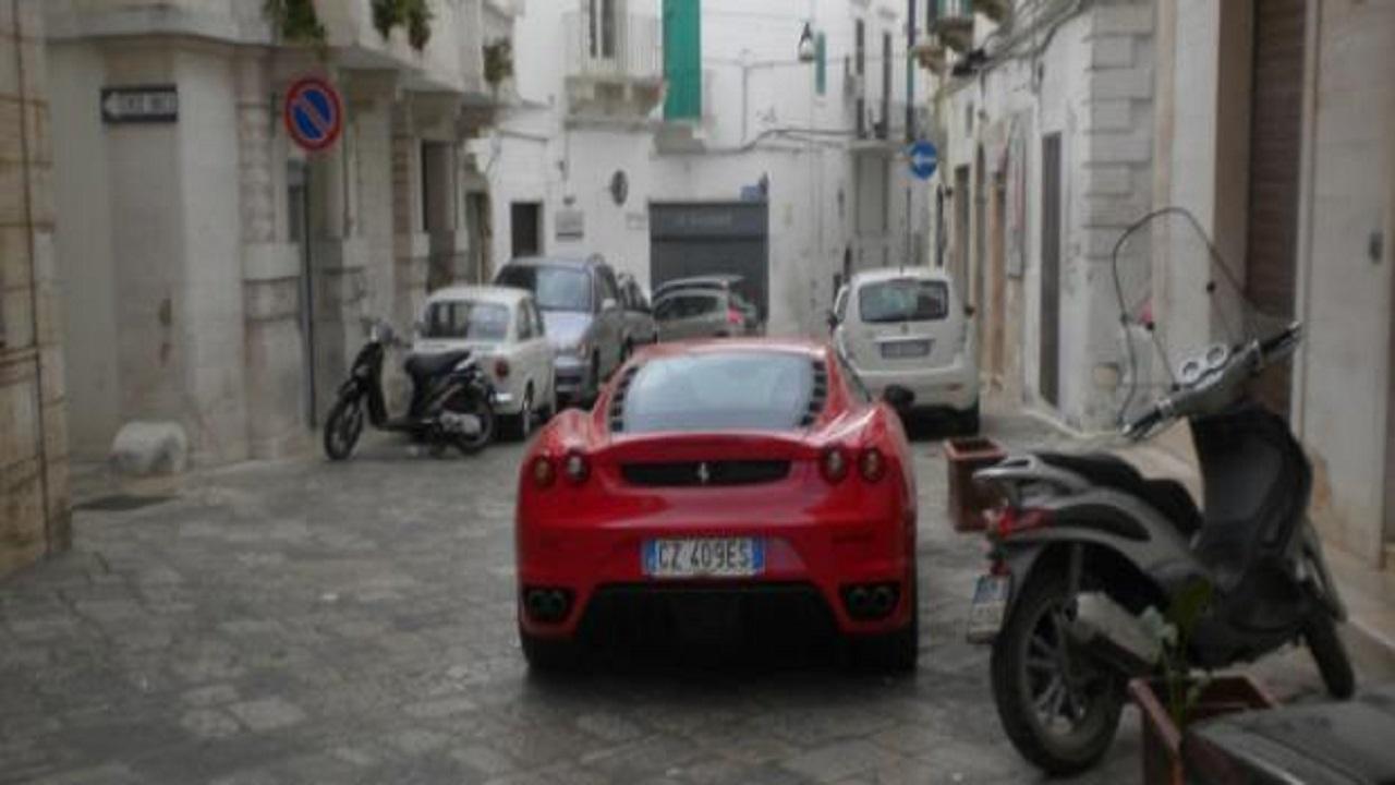 Bari, figlio di un boss arriva in chiesa in Ferrari per la sua prima comunione