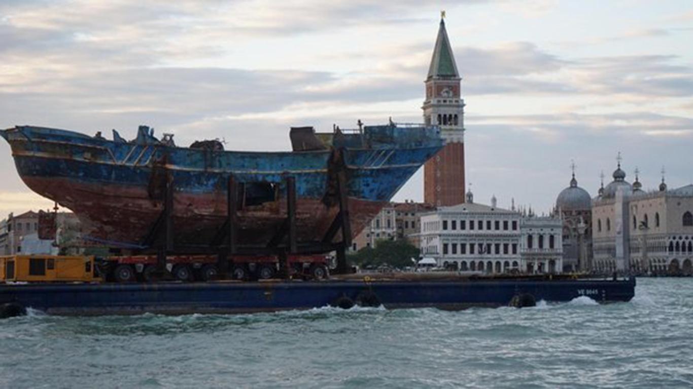 Biennale di Venezia, dalla Sicilia arriva la barca in cui morirono 700 migranti