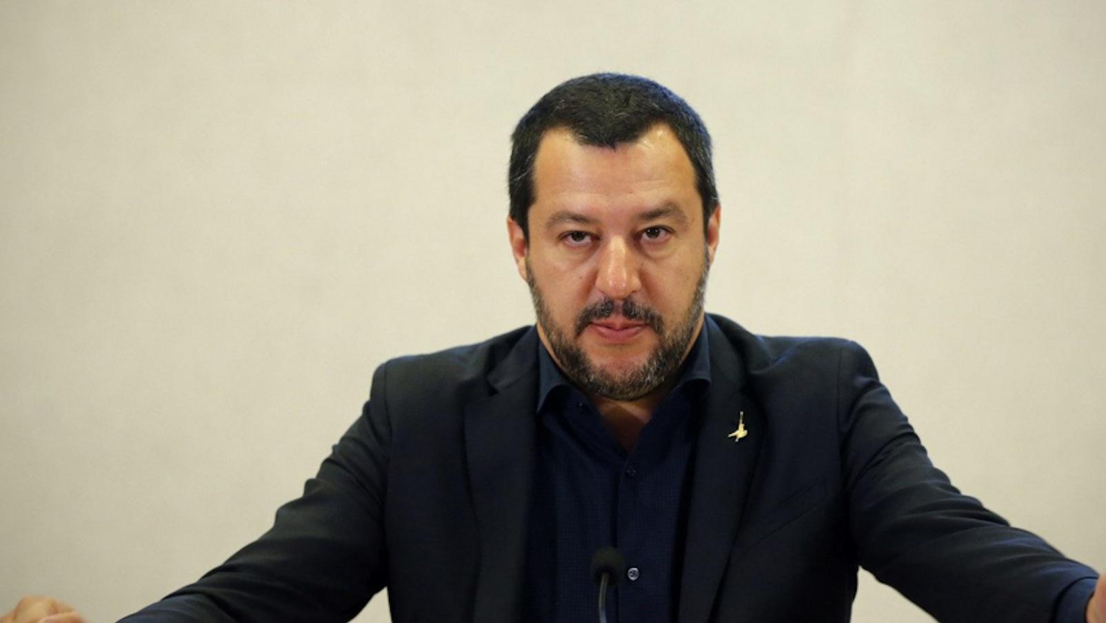 Salvini, in lacrime la professoressa sospesa: 'Ho speso la vita per la scuola'
