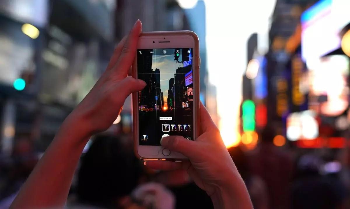 A New York legge dello Stato per multare chi attraversa guardando lo smartphone