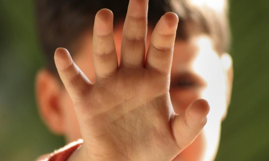 Lecce, sevizie ad un bimbo di 3 anni: si opponeva agli abusi, indagati padre e zio