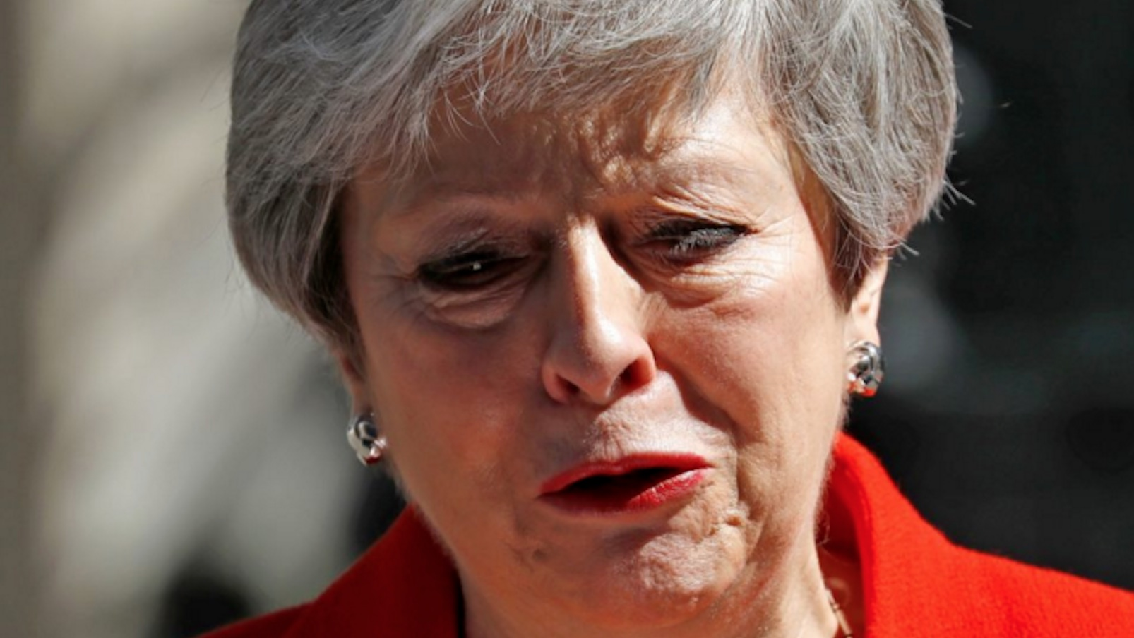 Theresa May piange mentre annuncia le dimissioni