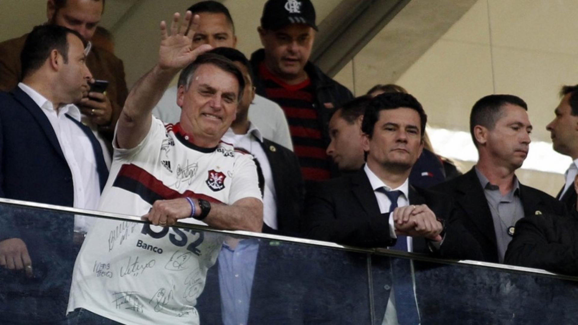 Bolsonaro levanta moral de Sergio Moro durante partida de futebol em Brasília