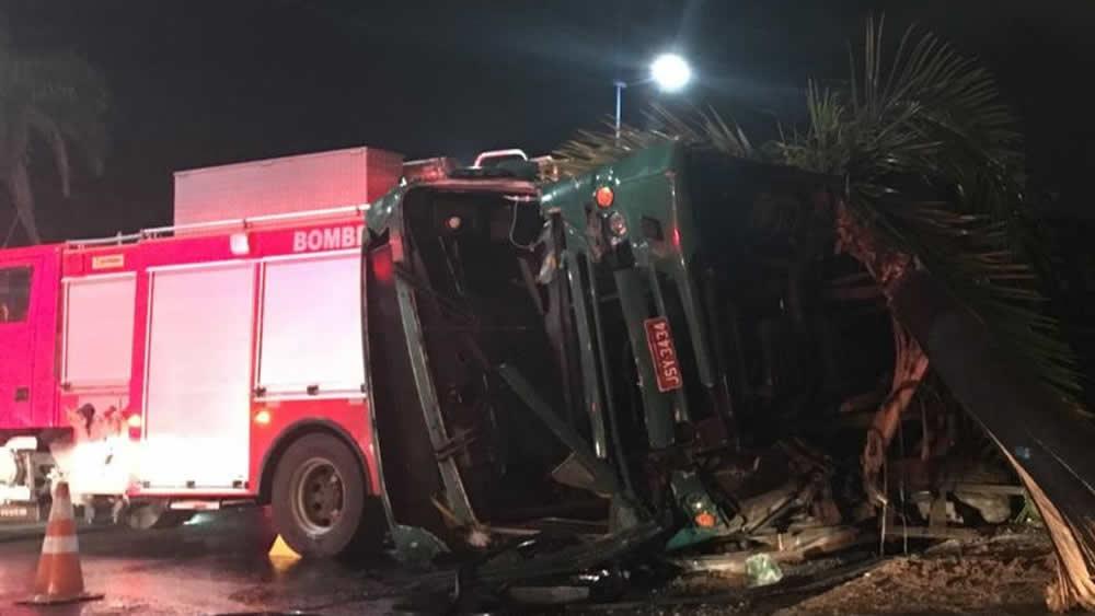 Vinte e sete pessoas ficam feridas após ônibus cair em ribanceira