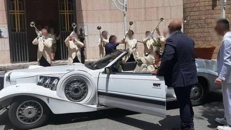 Taranto, Rolls Royce e trombettisti per celebrare battesimo all'esterno della chiesa