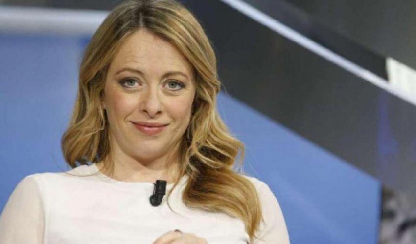 Sondaggi politici: Giorgia Meloni supera per la prima volta Berlusconi