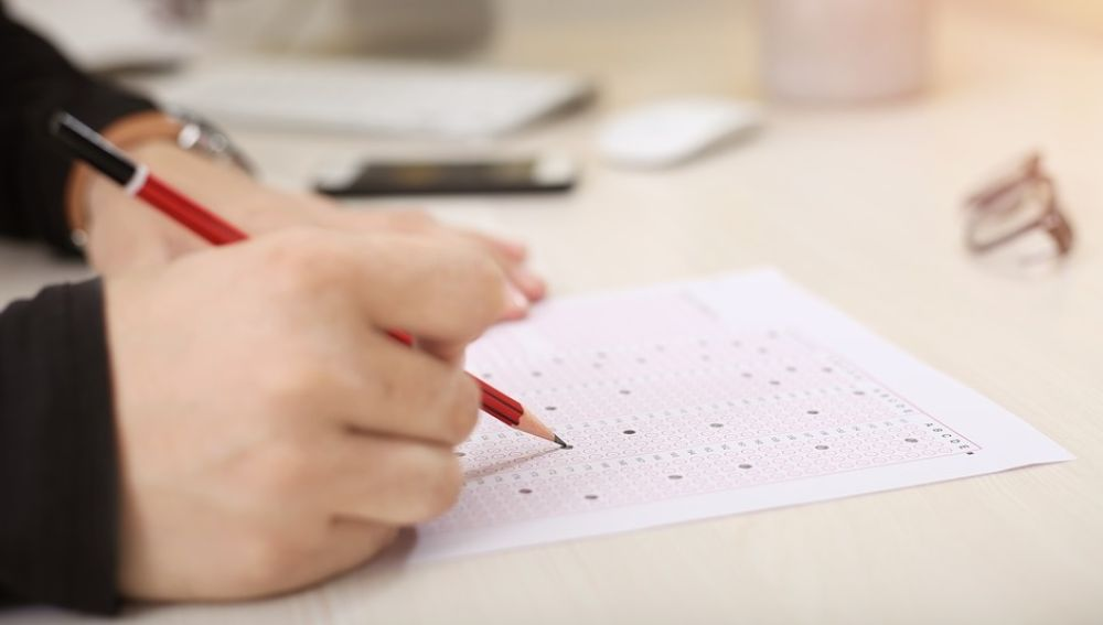 Saca un 9 en el examen , pero suspenden a una opositora a maestra por vibrarle el móvil
