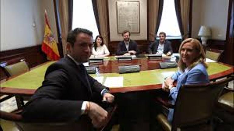 Quieren gobernar en Murcia y Madrid, por eso el PP busca ser mediador entre VOX y Cs