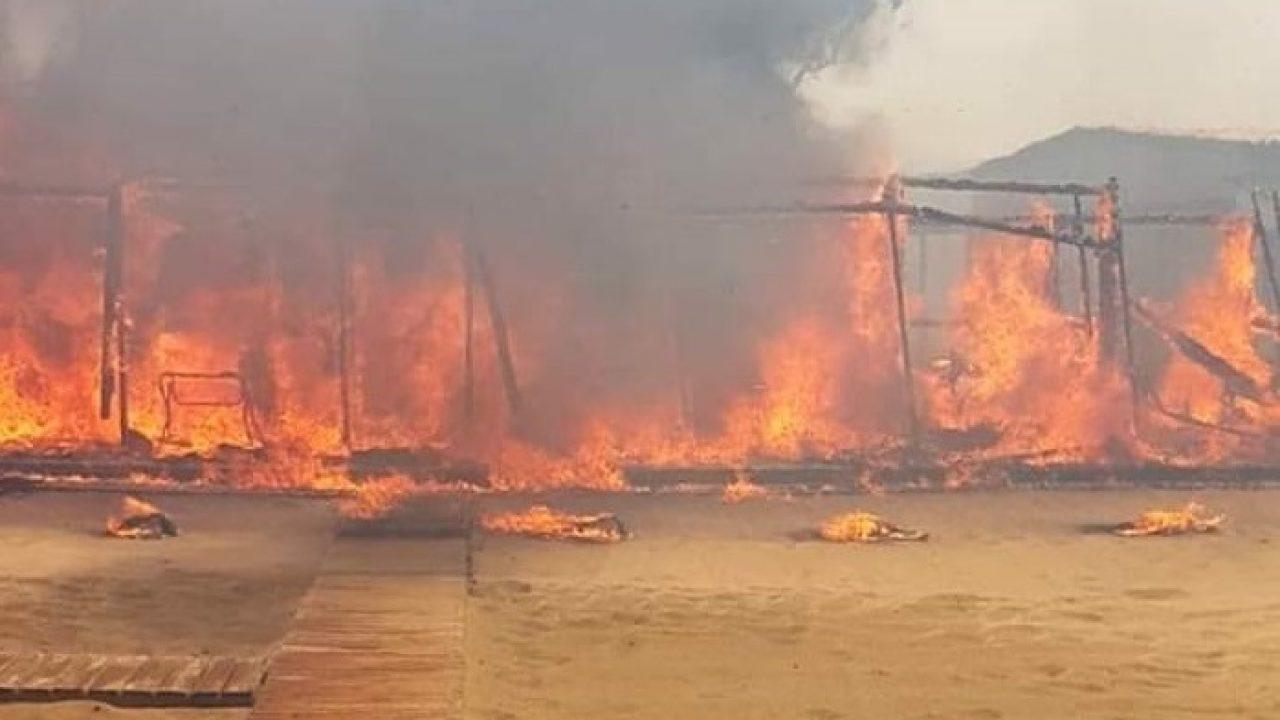 Catania: un vastissimo incendio ha distrutto il Lido Europa e messo in fuga i bagnanti