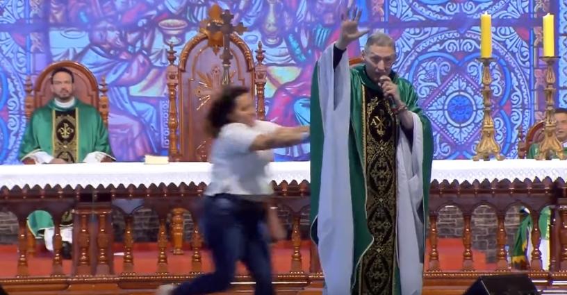 Padre Marcelo é empurrado do palco durante celebração