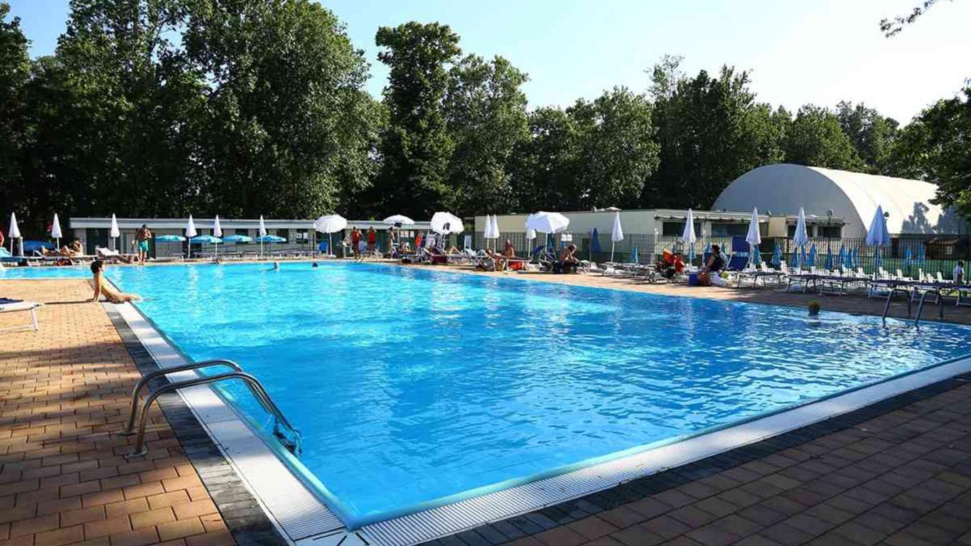Milano, 28 enne trovato morto in piscina nella notte