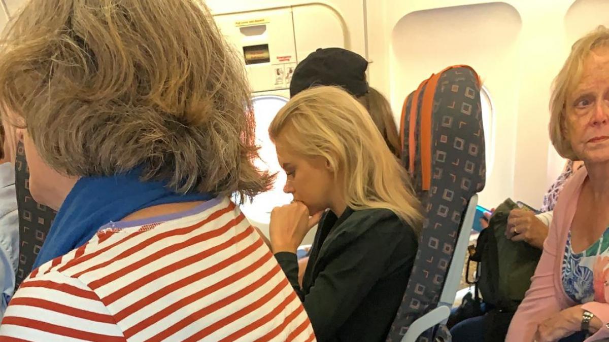 EasyJet pide no publicar una fotografía de una pasajera viajando sin respaldo