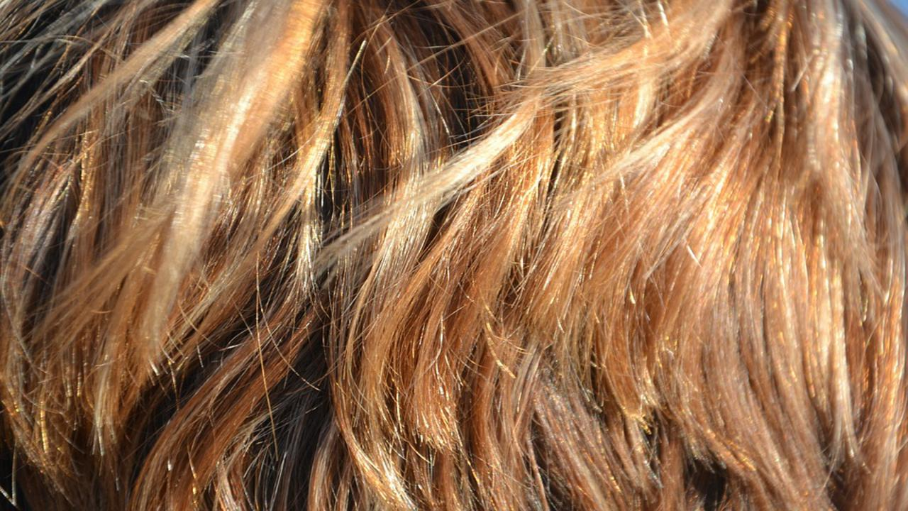 Tagli di capelli per l'estate: le beach waves, le baby hair e la tonalità caramello