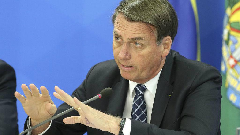 Por menos poluição, Bolsonaro sugere cocô dia sim, dia não