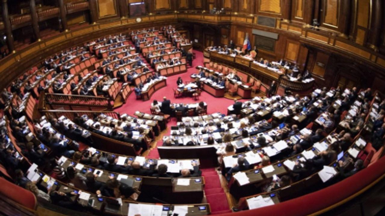 Governo, tutto rimandato a dopo Ferragosto: deciderà Conte o il voto delle Camere