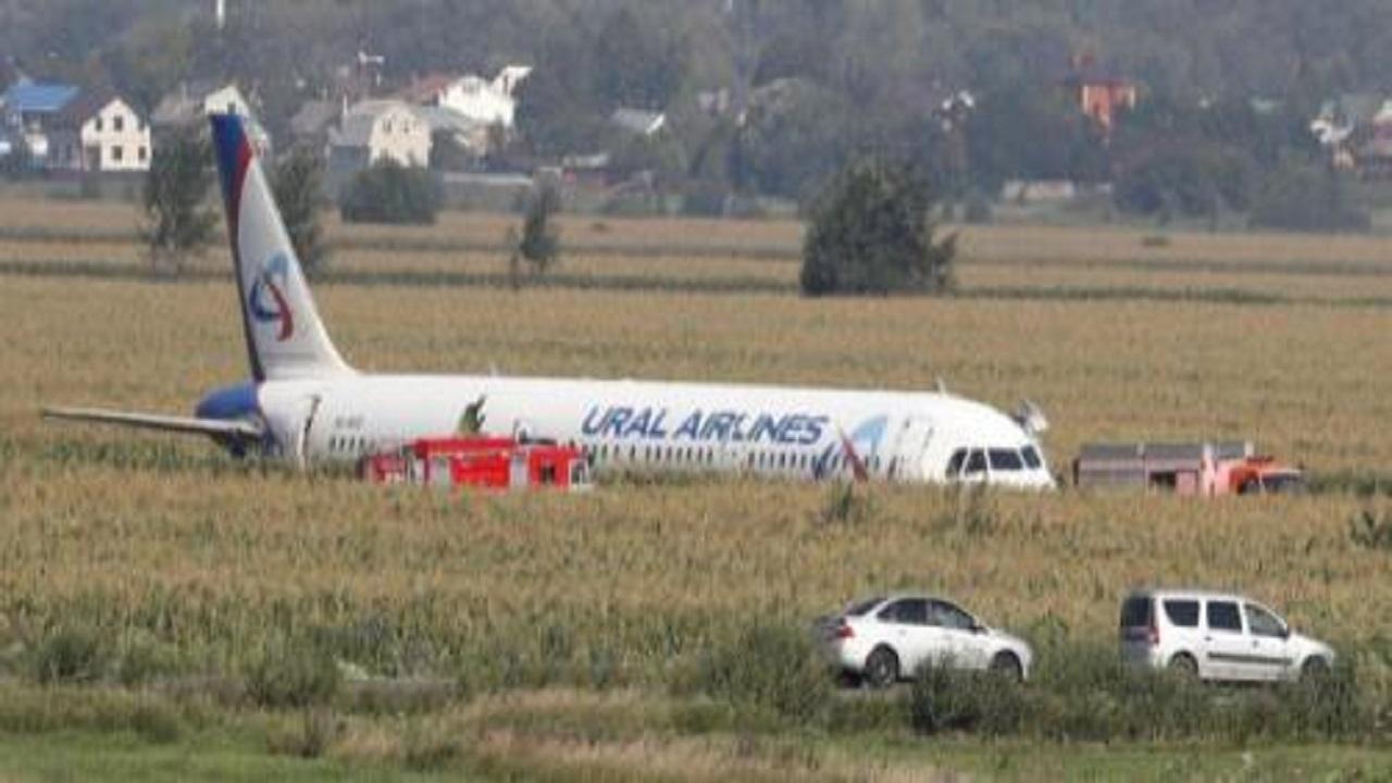 Russia, tragedia sfiorata: atterraggio d'emergenza in un campo, salvi 226 passeggeri