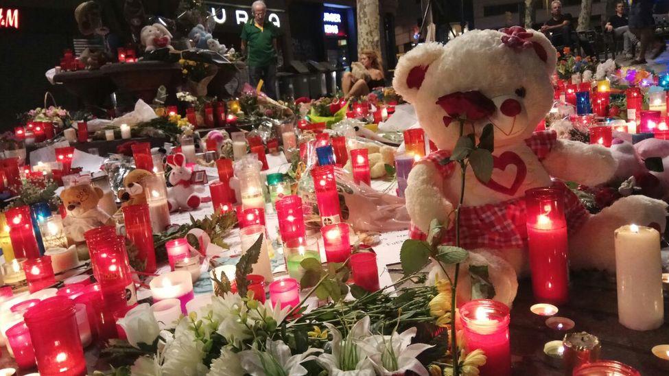 El homenaje a las víctimas del atentado de Barcelona destaca con un total silencio