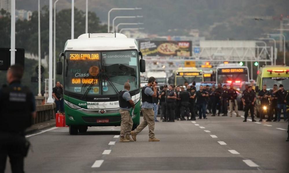 Passageiros são feitos reféns durante sequestro a ônibus no Rio de Janeiro