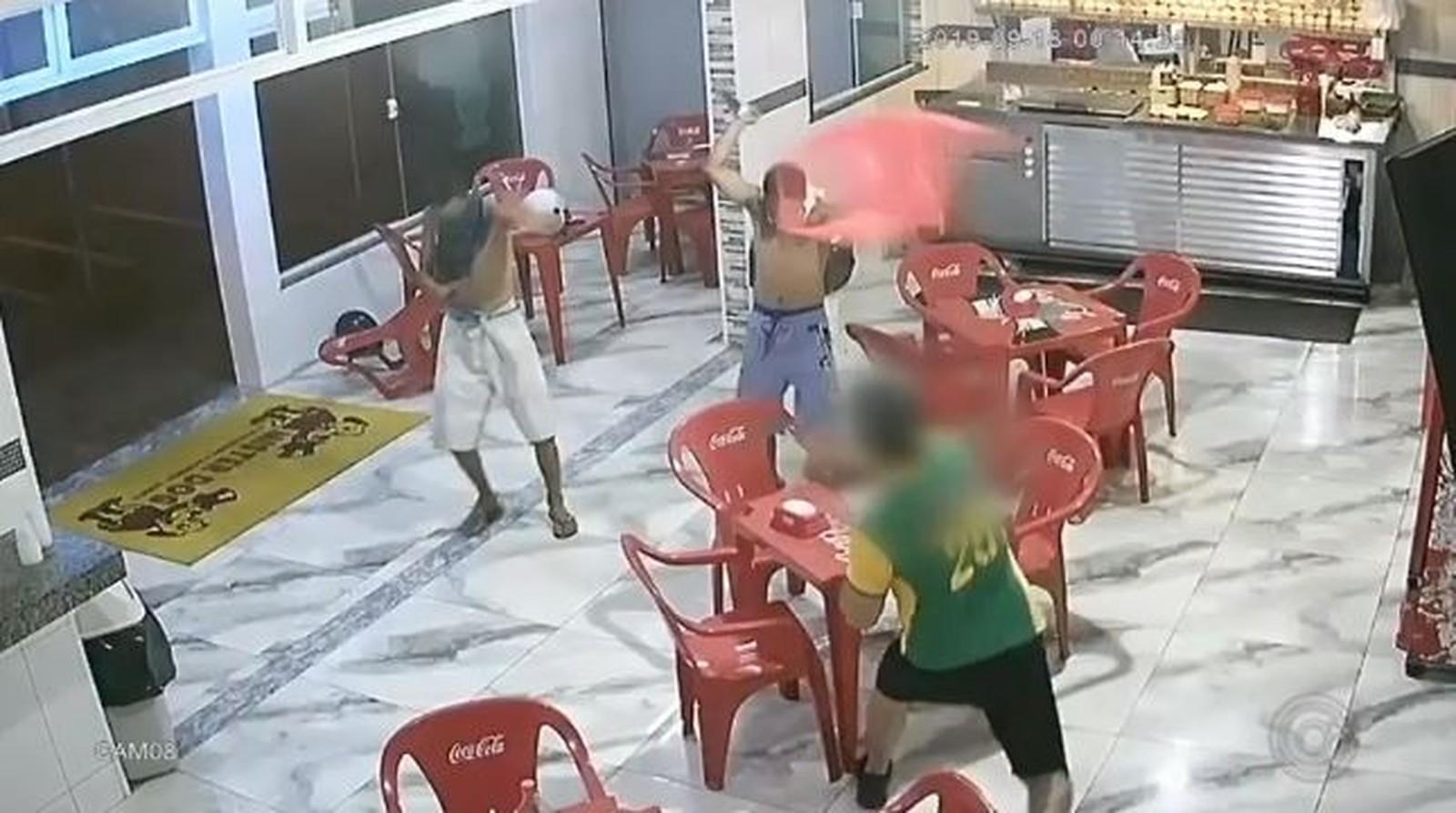 Ladrões levam cadeiradas ao tentarem assaltar lanchonete