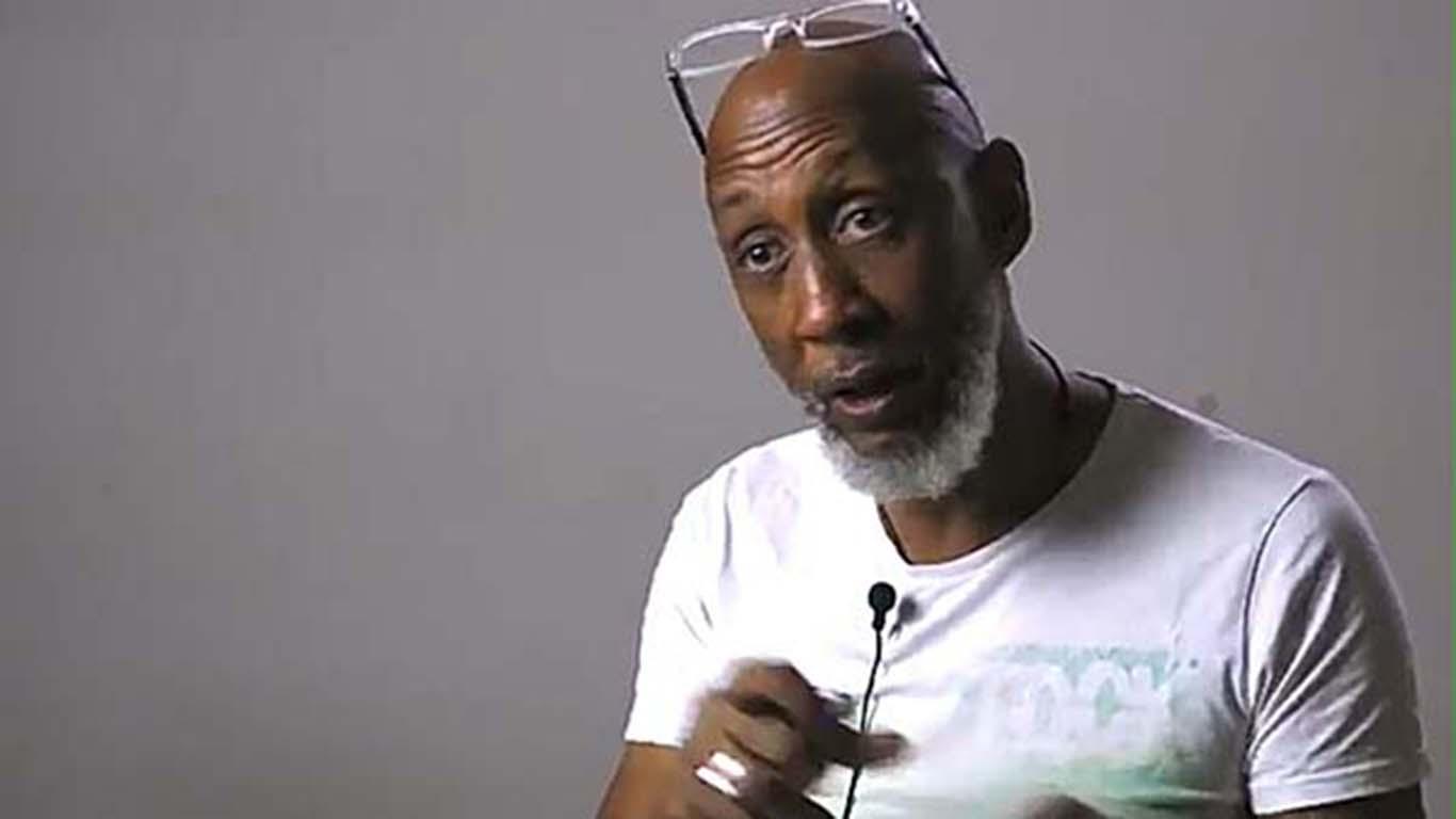 L'attivista africano Konarè manifesta malcontento nei confronti del ministro Bellanova